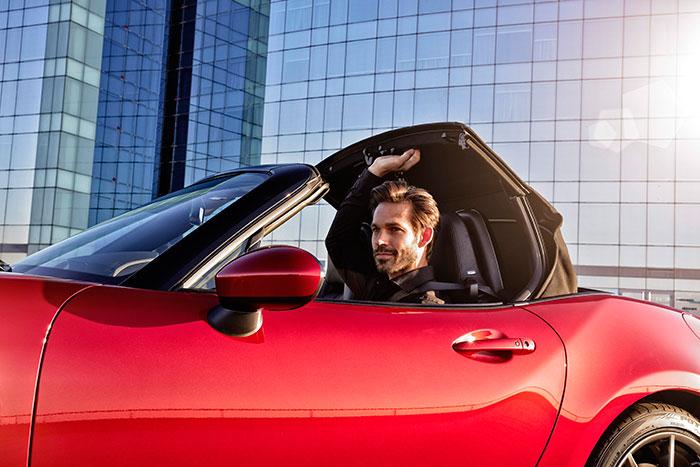 Demostración de que la capota puede accionarse manualmente desde la posición sentada de los ocupantes, tanto a coche parado como en marcha.
