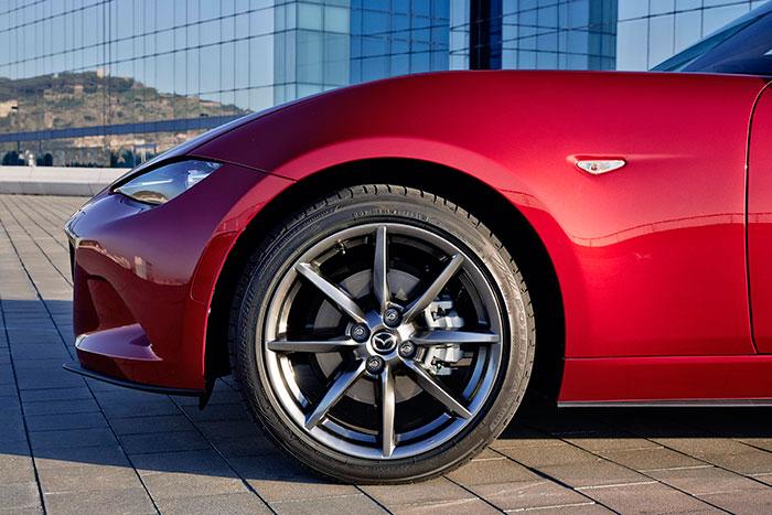 """Perfecta concentricidad entre el paso de rueda y ésta; el freno de 280 mm (que no está nada mal para un peso repostado de una tonelada) se queda un poco perdido dentro de la llanta de 17"""" de la versión 2.0. Obsérvese, contrariamente a la moda, lo restringido del voladizo delantero; gracias al motor retrasado, hay suficiente zona de deformación, pese a una longitud apenas superior a los 3,90 metros."""