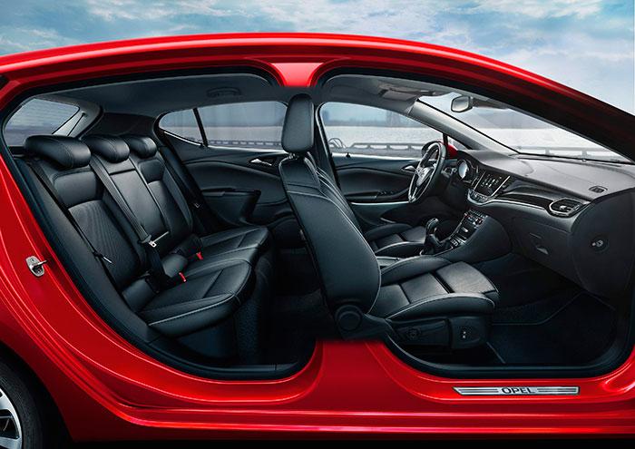 Aunque no sea excepcionalmente amplio –el diseño se come centímetros por todas partes- el interior del Astra sí que ofrece una imagen de coche de muy buen porte.