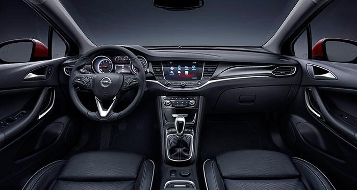 No se puede negar que el interior del nuevo Astra tiene un empaque de coche muy serio; aunque esto ya empieza a ser moneda de cambio frecuente en los segmento C de más reciente aparición.