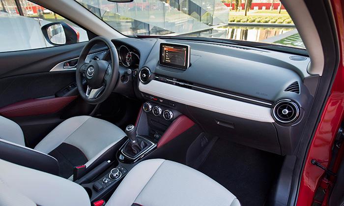 A Mazda le gusta mucho, en sus acabados Luxury, ofrecer asientos e interiores tapizados en bicolor, que resultan muy atractivos; si bien con el inconveniente de que las zonas claras se manchan con sólo mirarlas.