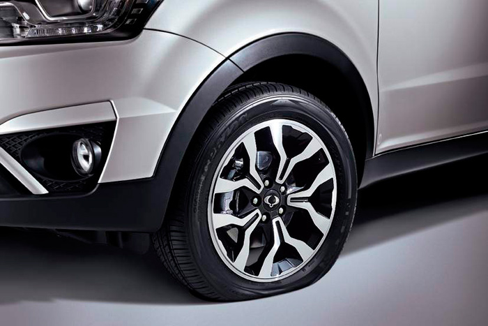 """Esta foto es para indicar, de modo muy gráfico, que el Korando dispone de un sistema de aviso de rueda pinchada, y no de que ésta sea del tipo """"run-flat""""."""