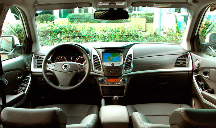 El puesto de conducción de un vehículo moderno, ya sea un deportivo, un turismo, un SUV o un MPV, es prácticamente intercambiable, ya sea por estética o por la dotación de mandos.