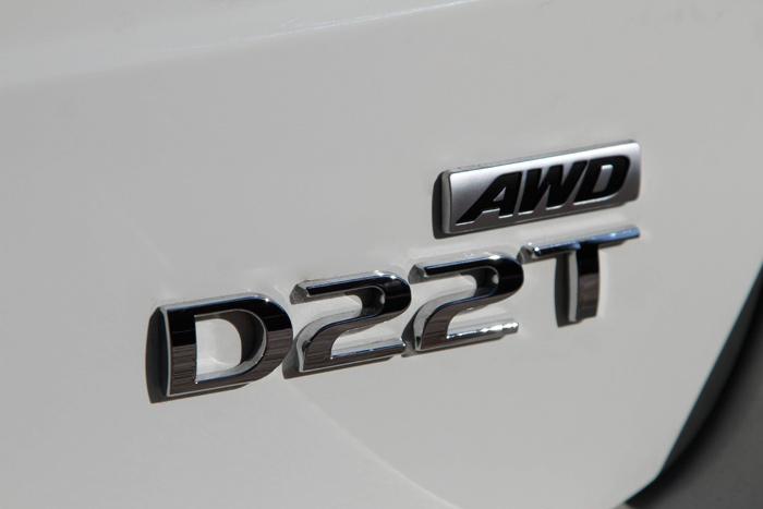 En la tapa del portón está sintetizada la personalidad de esta versión del Korando: arriba, la tracción integral; y abajo, el motor diesel turboalimentado, y su cilindrada.