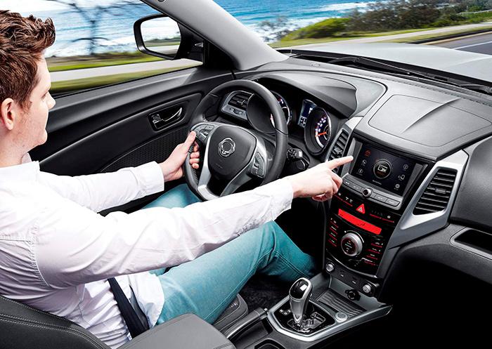 Al margen de que la foto corresponda a un modelo con cambio automático, la presentación interior del Tivoli está totalmente en la línea de modernidad que hoy se estila en este tipo de coches.