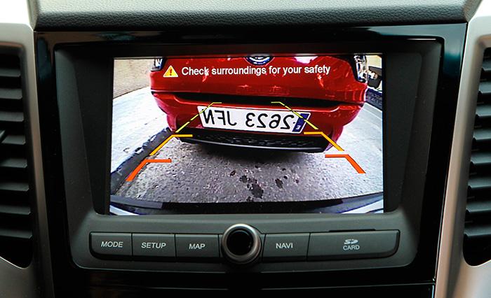 Resulta realmente sorprendente la nitidez de imagen ofrecida por la cámara de ayuda al aparcamiento y reproducida en la pantalla del cuadro. Talmente parece que la estuviesémos observando en una moderna pantalla plana de TV doméstica.