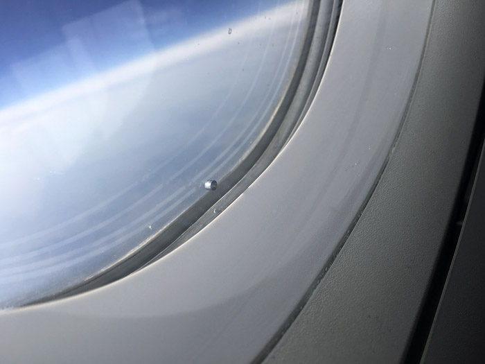 Cuando subí al avión, el agujerito todavía estaba ahí.