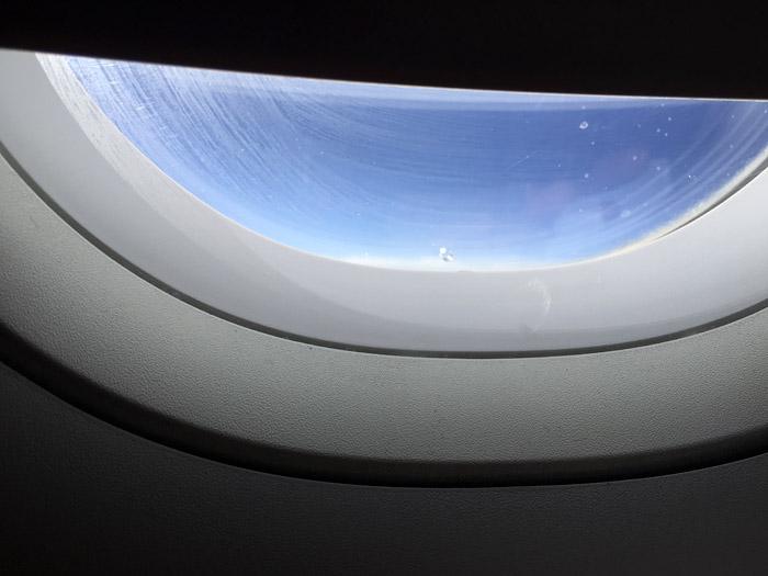 Agujerito de la ventanilla del avión. Vista frontal