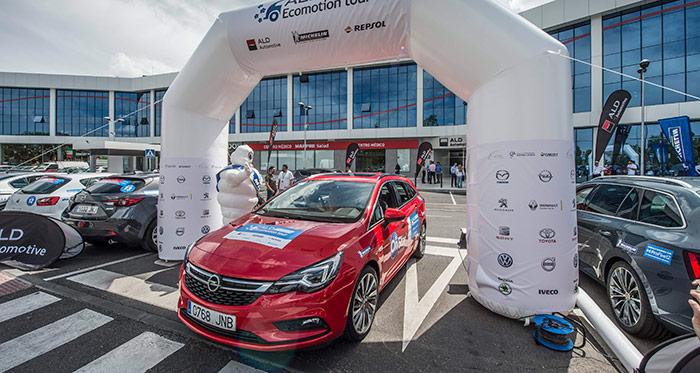 Nuestro coche sí que era bastante afilado. Con un Cx de 0,27 el Opel Astra Sports-Tourer es un familiar de línea muy bien perfilada, 15 cm más bajo que su rival de Ford en esta competición.