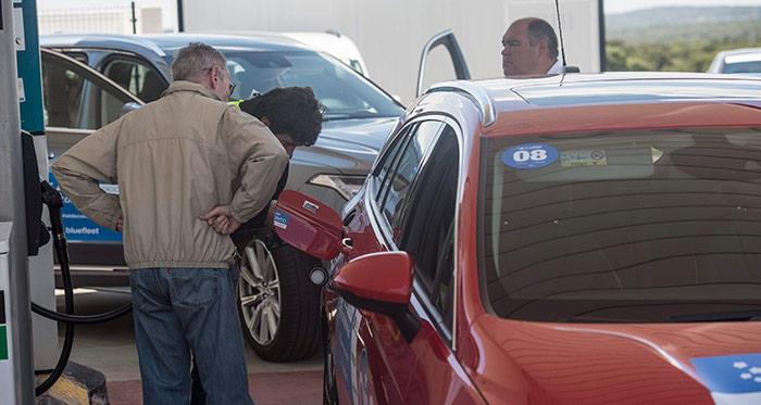 Y aquí el repostaje final de nuestro coche, que coge lo suyo de tiempo, ya que entran 14 litros desde que la pistola de la manguera dispara por primera vez. Un servidor, de espaldas, vigila la maniobra para que no se caiga fuera ni una gota.