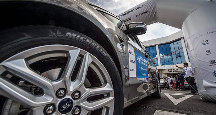 En esta foto, ampliándola al máximo con el ACD-See, se aprecia que el neumático que en Michelin le pusieron al S-Max sí era de un tipo de rodadura económica: un Primacy Green-X. En cambio, la unidad que luego probamos, idéntica por lo demás a la de la prueba, montaba unos muy deportivos Conti SportContact-5.