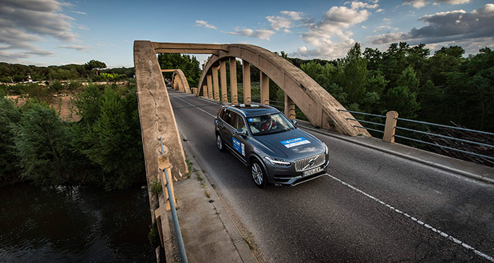 Para compensar lo del S-Max, en esta ocasión el fotógrafo se subió no se sabe donde para enfocar al Volvo desde arriba, a la salida de este peculiar puente de hormigón armado.