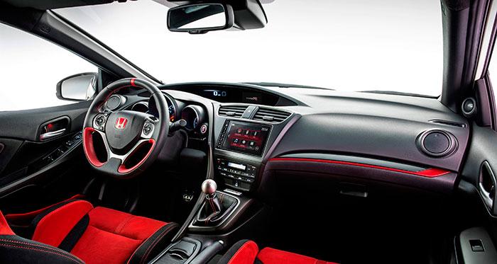 Puesto de conducción (o deberíamos decir pilotaje): es una mezcla del salpicadero de un Civic normal, entreverado con detalles de coche muy prestacional (volante y asientos).