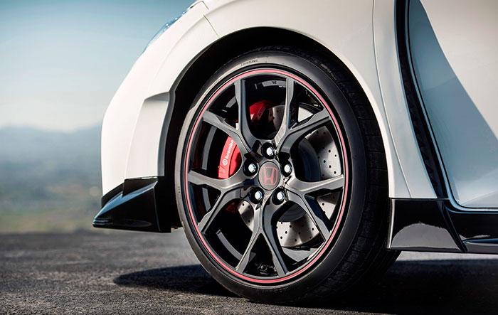 Impresionante aspecto de conjunto de llanta, freno delantero y neumático. Pero no nos hace olvidar que, pesando unos 150 kilos menos, el Peugeot 308 GTi by P.S. lleva idéntica llanta, neumático y pinza Brembo, pero con unos discos que son 30 mm más grandes y con montaje flotante.