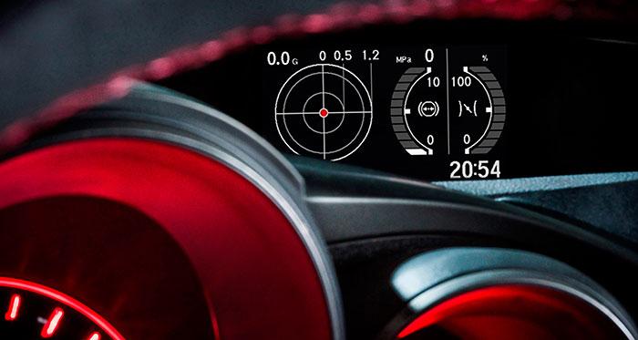 Nunca he acabado de comprender el detalle (común a muchos coches de altísima prestación) de ofrecer una pantalla con indicadores de las aceleraciones longitudinal y transversal, y la presión de soplado del turbo; y precisamente para cuando se conduce al límite, y lo que hay que hacer es mirar a la carretera (mejor dicho, a la pista). En cuanto a la iluminación en rojo del cuadro (muy agresiva para la retina) por sí sola justifica, al margen de la dureza pétrea de la amortiguación, no utilizar nunca el programa R, excepto en circuito.