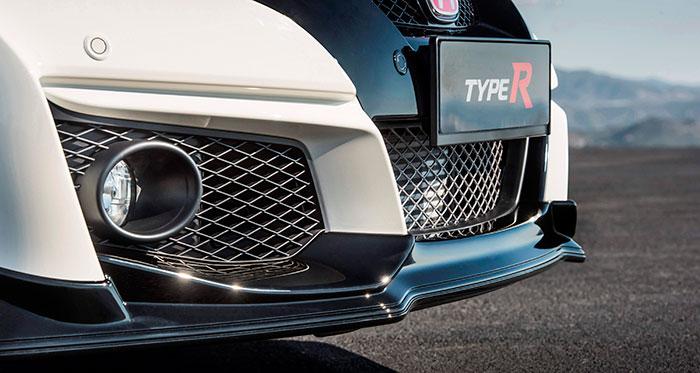 Como en muchos otros coches modernos –y tanto más cuando son deportivos con múltiples tomas de aire- la colocación de la matrícula delantera es un problema, y además estropea tanto la estética como la aerodinámica del conjunto.