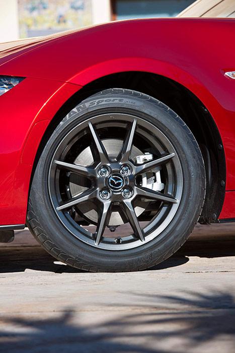 """Esta es la rueda que montaba nuestro 1.5-G de pruebas, incluso la marca y tipo de neumático; con la llanta de 16"""", el tamaño del disco de freno también se reduce en una pulgada, y sigue siendo ópticamente un poco pequeño respecto al hueco de la llanta."""