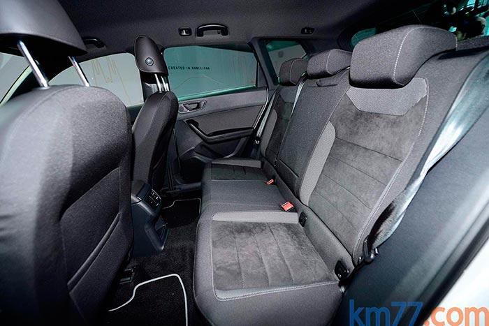 Al ir la banqueta relativamente alta respecto al piso del coche, la postura que sus ocupantes adoptan es con las piernas menos estiradas, lo cual mejora la habitabilidad para una batalla fija.