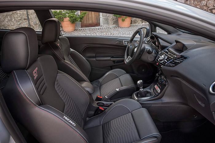 Suntuosa presentación interior, dominada por unos asientos Recaro muy vistosos, con diseño de competición pero con grosor de acolchado que casi se corresponde con el de un coche de lujo, más que deportivo. Son muy cómodos (una vez sentado en ellos) y desde luego, sujetan de maravilla.