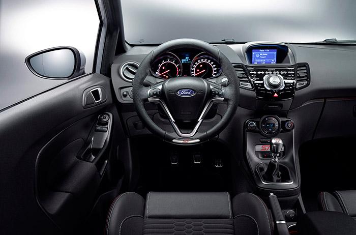 Enfocado desde la posición del conductor, el puesto de mando no difiere apenas del de un ST normal, un ST-line u otro Fiesta de acabado alto. Lo específico de los ST (normal y 200) son los asientos Recaro.