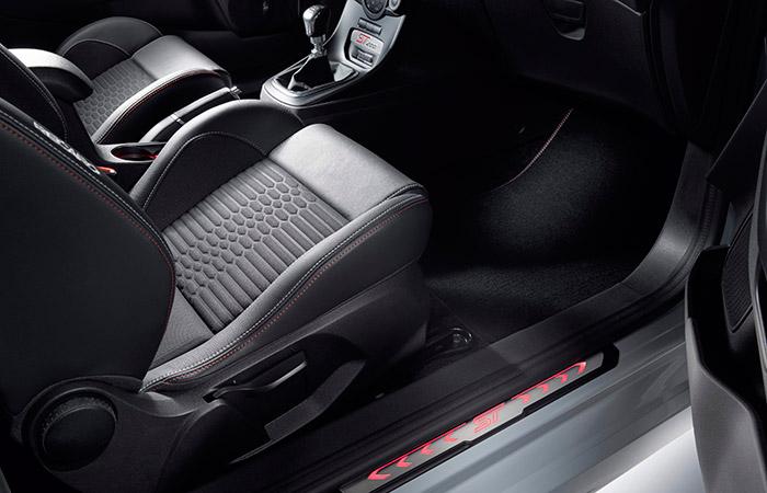 El perfil de los apoyos laterales de los asientos delanteros es muy alto; lo cual explica las dificultades que personas poco ágiles y/o excesivamente corpulentas (eufemismo de gruesas) experimentan para entrar y salir del ST-200.