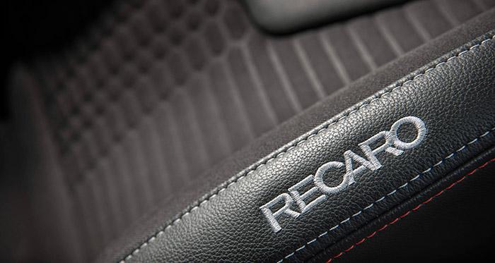 Unos asientos como los que llevan los Fiesta ST no son precisamente baratos; y por ello mismo, y por el prestigio de este suministrador, su nombre figuran claramente en el reborde del respaldo.