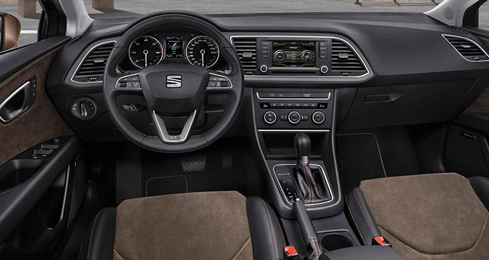 Un Seat León puede ser de cinco puertas, o SC de tres, o ST familiar (como en este caso). Y llevar transmisión manual o DSG (como en este caso). Y tener algún acabado especial, como el volante y los asientos de X-Perience (como en este caso). Y tener suspensión elevada y transmisión integral 4-Drive (como en este caso). Pero el aspecto de salpicadero, instrumentación, consolas y puesto de conducción permanece prácticamente inmutable.