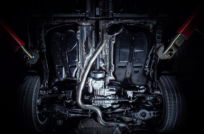 La mitad posterior de los bajos de un León 4-Drive está muy abarrotada. Entre el aislamiento térmico, el árbol de transmisión, el sistema Haldex, el diferencial, la estabilizadora, la suspensión independiente, el depósito de combustible (desdoblado a derecha e izquierda) y la rueda de repuesto al final, no hay hueco para nada más.