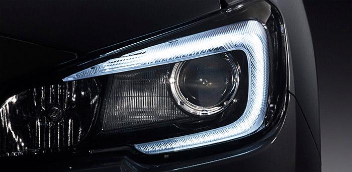 Los modernos grupos ópticos delanteros, en los que se llegan a mezclar fuentes luminosas de LEDs, xenón y halógenas más clásicas, permiten combinarlas en diseños cada vez más llamativos, a la par que (en la mayoría de los casos, aunque no en todos) de una gran eficacia.