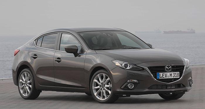 La carrocería Sedán del Mazda-3 tiene un sabor casi clásico, especialmente en su zona frontal y tres cuartos delantera. La proporción entre anchura y altura (1,80 para 1,45 m) nos recuerda las berlinas de tipo medio/grande de hace dos o tres décadas, antes de que empezase la escalada hacia alturas cada vez mayores.