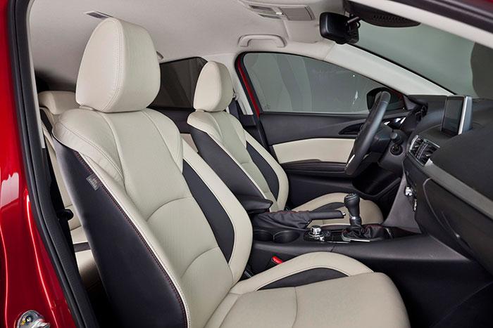 La tapicería bi-color es uno de los signos típicos de los acabados más lujosos de Mazda; cuando la elección de tonos es adecuada, le da cierta alegría al interior del habitáculo.