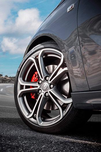 """La llanta de 7,5"""" x 18"""" también es específica para el Adam-S, así como el calzado Conti SportContact-5. Los discos de freno delanteros de 308 mm son los mismos que ya llevaba el Corsa OPC en 2011; pero aquí las pinzas, aunque de buen tamaño, son las clásicas deslizantes con un bombín, y no las Brembo con cuatro."""