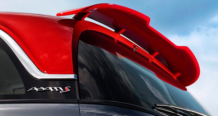 El alerón rojo, conjuntado de color con el techo y otros detalles externos e internos, contribuye a redondear el aspecto deportivo del Adam-S; aspecto que corresponde a una realidad.