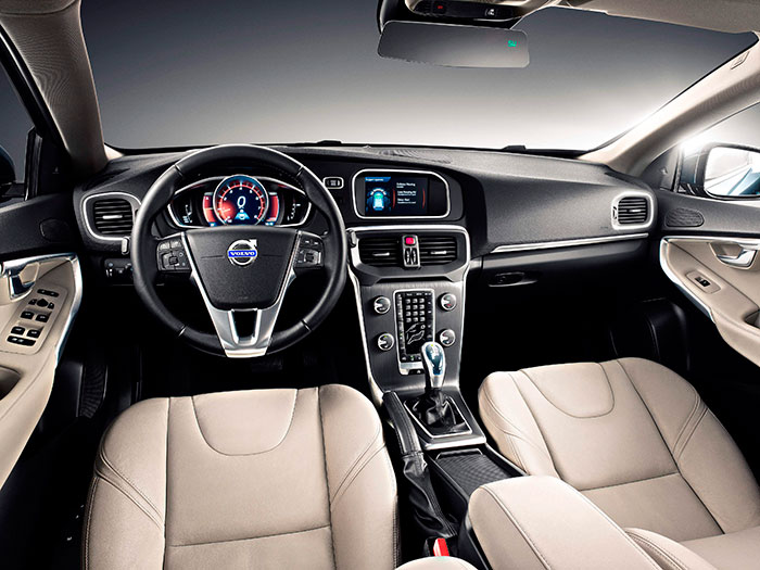 Aunque la práctica totalidad de los turismos del segmento C en adelante utilizan un diseño interior que unifica el salpicadero con una consola central que tiene zonas vertical y horizontal unificadas, en Volvo consiguen que su estética resulte inconfundible, básicamente por el diseño de los mandos.