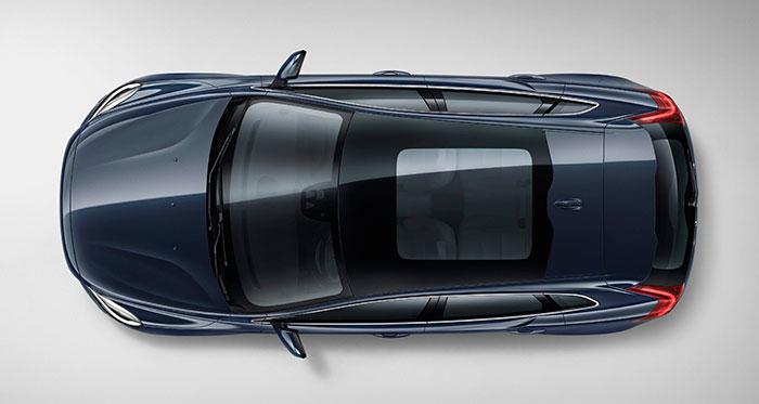 Visto en planta, el V40 tiene un diseño sumamente suave, en el que, como es habitual, la máxima anchura corresponde a la zona del tren delantero, por razones tanto aerodinámicas (forma de gota de agua) como de espacio para el movimiento de las ruedas directrices.