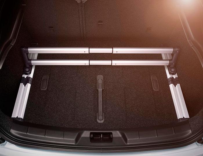La practicidad siempre ha sido una motivación casi obsesiva de Volvo, incluso en sus modelos de máximo standing. Aquí vemos un robusto y modular separador de huecos en el maletero, para evitar que una carga de tamaño parcial se desplace en aceleraciones, frenadas y curvas.