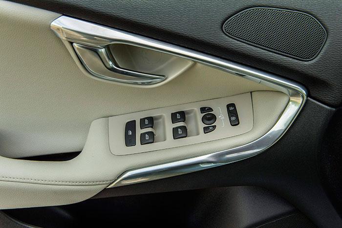 Para quien tenga una cierta práctica en cambiar de coche (no hace falta que sea comprándolos, claro está), este reposabrazos delantero le está diciendo a gritos que se trata de un Volvo.