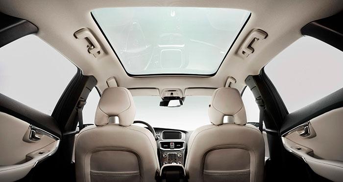 A los nórdicos les encantan los techos de cristal, aunque no sean practicables: lo que ellos buscan es luz, no ventilación. Los tres pasajeros laterales disponen de asideros sobre las puertas, con perchas; que para el conductor se convierte en un portagafas que otros coches sitúan próximo al espejo retrovisor central.