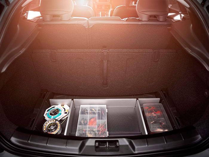 Otro detalle de practicidad del maletero: el hueco bajo el piso móvil también está compartimentado.