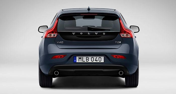 Vista posterior: Volvo sigue manteniendo en sus carrocerías el diseño de pilotos del que fue pionera hace ya muchos años, con una zona inferior más amplia que se extiende afinándose hacia la zona superior.