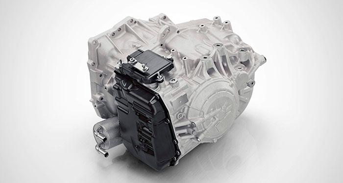 Para disponer de ocho marchas, la transmisión automática japonesa Aisin-W es sumamente compacta. Destaca el generoso intercooler agua/aceite para su lubricante, ya que esta caja también se utiliza con motores más potentes todavía, y en vehículos mucho más pesados, como el SUV XC-90 y la berlina S-90.