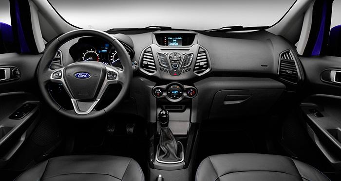 Vista frontal del salpicadero, consolas y puesto de conducción; aunque el diseño sea específico, hay múltiples reminiscencias del Fiesta en concreto, y por supuesto que de Ford en general.