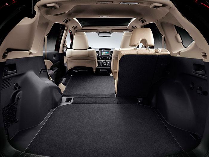 Al abatir el asiento posterior del CR-V se dispone de una superficie totalmente lisa en el piso, hasta los respaldos delanteros; pero los pasos de rueda traseros resultan bastante intrusivos.