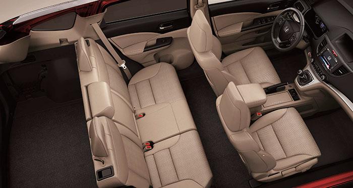 El CR-V (aquí con caja de cambios manual) es claramente más amplio que el HR-V: 30 cm más de longitud permiten un habitáculo más generoso y 130 litros más de capacidad de maletero.