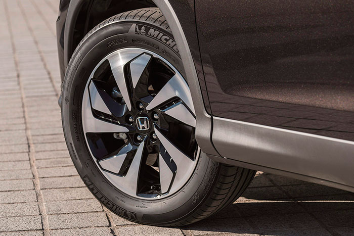 Este es el calzado 225/60-18 del CR-V, aunque en la foto lleva neumáticos Michelin Latitude Sport, más adecuados para un 4WD que el Conti SportContact-5, el deportivo que equipaba a nuestra unidad de pruebas.