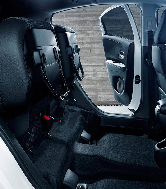 En el HR-V está disponible el sumamente útil abatimiento inverso del asiento posterior, que permite introducir cargas voluminosas por las puertas laterales traseras.