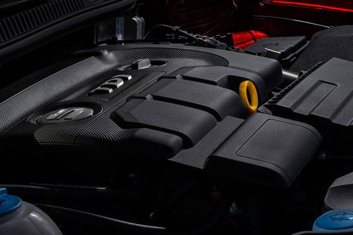 El tricilíndrico 1.4-TDI desaparece, como ya es habitual, bajo las carcasas de plástico que cumplen el doble papel de disminuir la rumorosidad y ocultar la maraña de tubos habitual de un motor moderno.