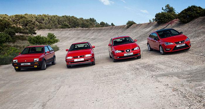 Las cuatro generaciones básicas del Ibiza, a lo largo de sus 30 años de existencia, posan en el autódromo de Terramar, en Sitges. Por supuesto, luego ha habido múltiples restylings, pero la base fundamental son estos cuatro diseños.