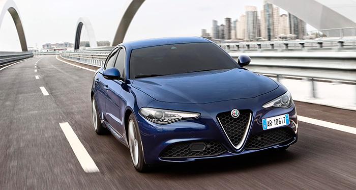 El frontal es impresionante, aprovechando al máximo el clásico y mítico diseño de Alfa-Romeo, con su escudo central de gran tamaño.