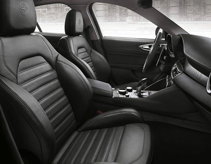 Los asientos delanteros son butacones por su tamaño, pero a la vez deportivos, por lo profundo de sus elementos de sujeción lateral, ya sea en la banqueta o el respaldo.
